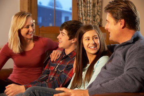familie der snakker i sofa