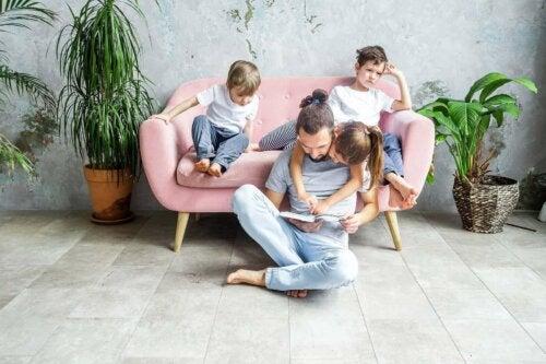 far der læser for sine børn