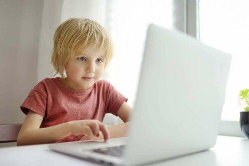 lille pige der spiller på computer