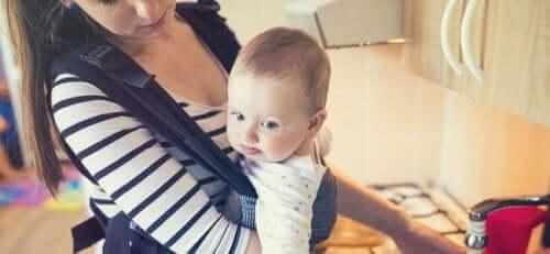 mor der bærer baby i køkken