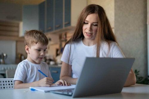 mor der hjælper dreng med lektier