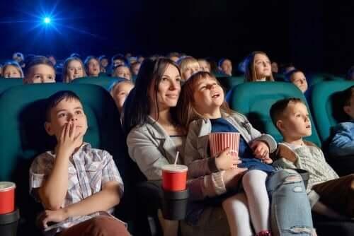 mor og børn i biograf