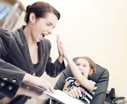 mor og datter der giver high-five