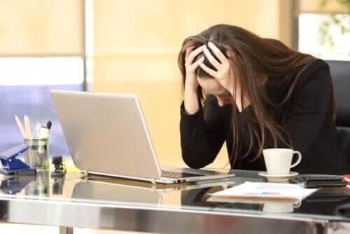 Kvinde er stresset på arbejdet