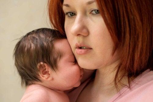træt mor med lille baby