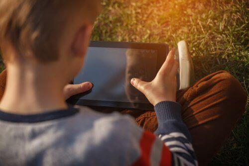Hvordan du kan holde børn sikre, når de er online