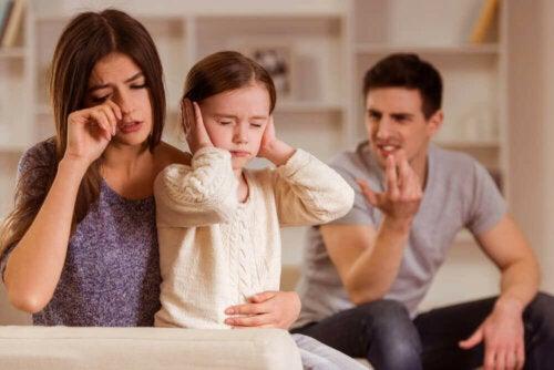 barn der holder sig for ørerne mens forældrene diskuterer