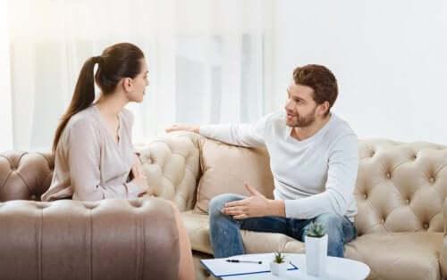 par der taler sammen i sofa
