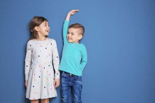 Børn der sammenligner højde med hinanden