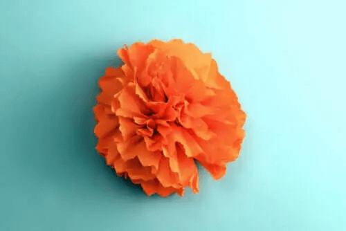 Blomst lavet af silkepapir