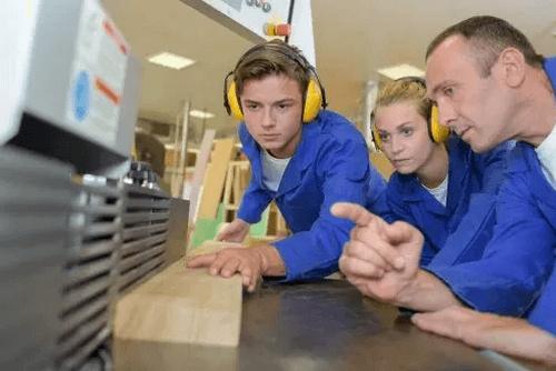 Bør din teenager vælge en erhvervsuddannelse?