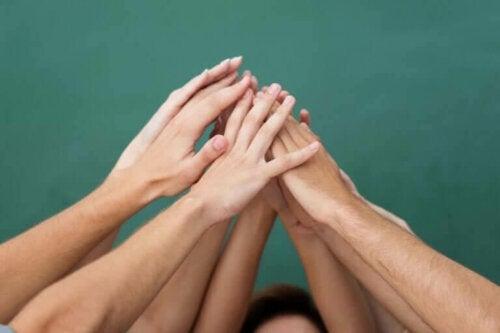hænder der rækkes op mod hinanden
