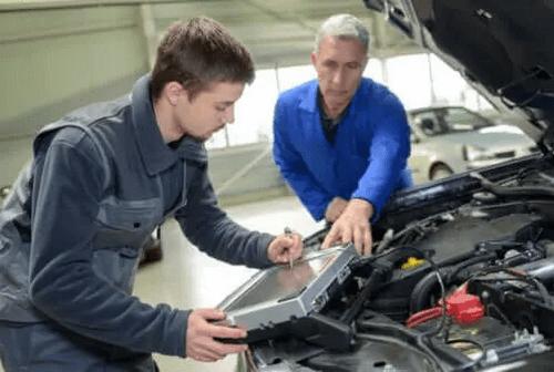 Teenager er i lære som mekaniker