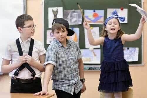 Børn laver teater i klasseværelset