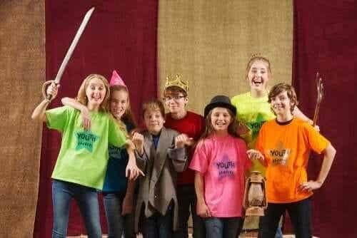 Børn i kostumer på scenen
