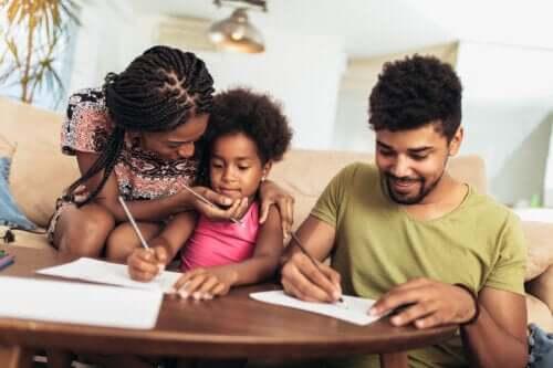 Skal forældre give børn komplimenter?